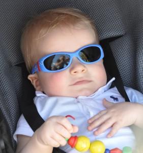 Sonnenbrille beim Baby